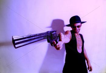 Mann richtet seine Pistole