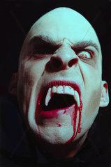Vampir Blut Zahn Mund