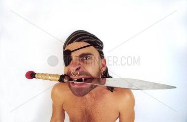 Pirat mit Messer zwischen den Zaehnen