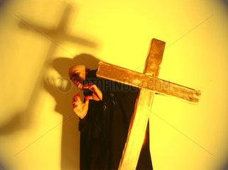 Vampir kauert Kreuz
