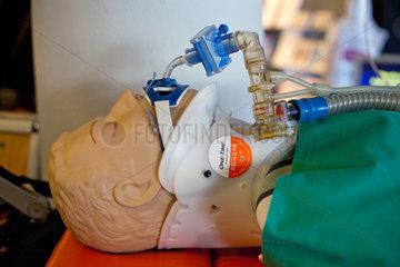 Berlin  Deutschland  Uebungspuppe mit Beatmungsgeraet und Halskrause