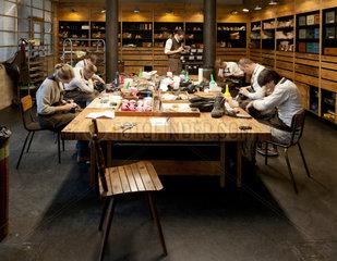 Berlin  Deutschland  Lehrlinge in der Werkstatt von -Meisterschuh-