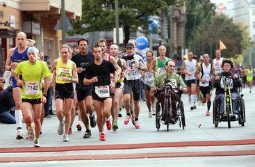Berlin  Deutschland  Laeufer und Rollstuhlfahrer beim Marathonlauf