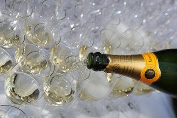 Iffezheim  Deutschland  Glaeser werden mit Champagner gefuellt