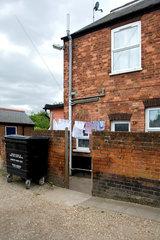 King's Lynn  Grossbritannien  Waesche trocknet auf der Leine in einem Hinterhof