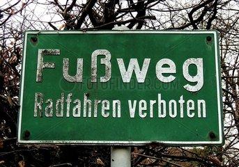 Schild Fussweg Radfahren verboten