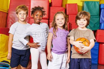 Kinder bilden Mannschaft fuer Ballspiel