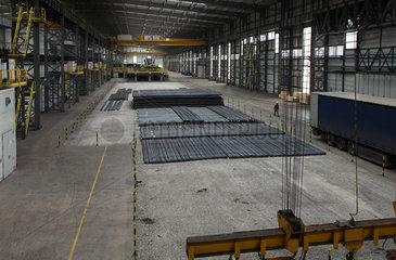 Warschau  Polen  fertiger Stabstahl im Stahlwerk ArcelorMittal Warszawa