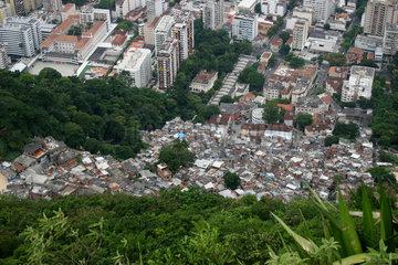 Rio de Janeiro  Brasilien  Blick auf eine Favela am Fusse des Berges Corcovado