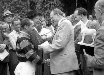Hoppegarten  DDR  Otto Grotewohl (rechts)  Ministerpraesident der DDR  gratuliert Jockey Erich Boehlke