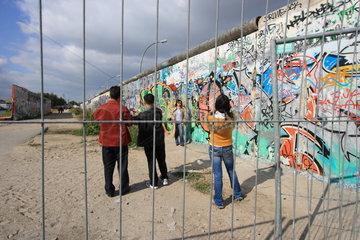Berlin  mit Graffiti bespruehte Mauersegmente