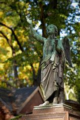 Berlin  Deutschland  Engelsfigur auf dem Dorotheenstaedtischen Friedhof