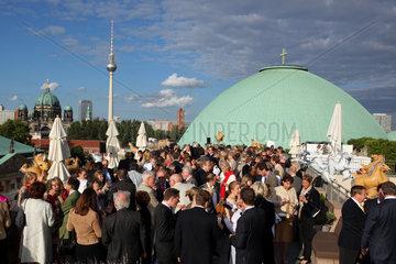 Berlin  Deutschland  Menschen auf der Dachterrasse des Hotel de Rome