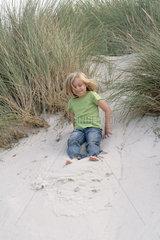 Insel Amrum  Wittduen  Deutschland  5-jaehriges Maedchen spielt in den Duenen