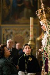 Sevilla  Spanien  eine Frau schaut ehrfuerchtig in das Gesicht der Jungfrau von Macarena