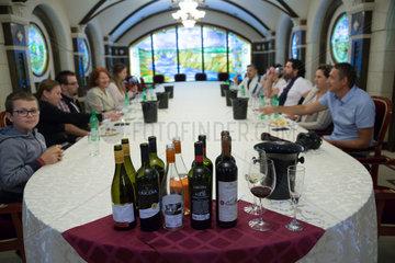 Republik Moldau  Weinkellerei Cricova SA  Besuchergruppe im Saal fuer Weinproben