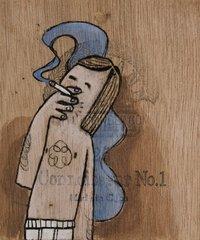 Junger Mann in Unterhose raucht eine Zigarette