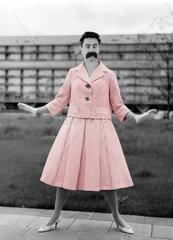 Mann als Frau verkleidet