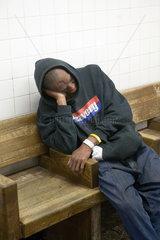 New York City  USA  ein Mann ist auf einer Bank eingeschlafen