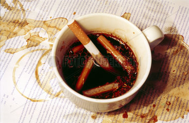 Zigaretten in Kaffee