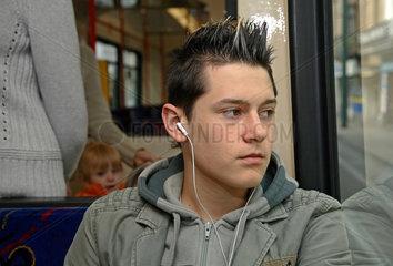 Essen  Jugendlicher hoert in der S-Bahn Musik