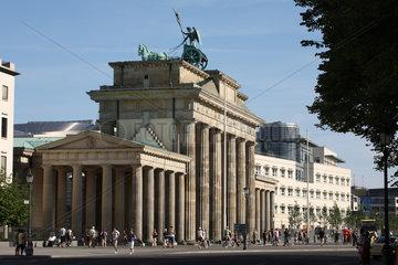 Berlin  Deutschland  das Brandenburger Tor mit der amerikanischen Botschaft