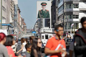 Berlin  Deutschland  Touristen am Checkpoint Charlie in der Friedrichstrasse