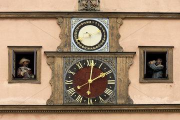 Rothenburg ob der Tauber  Deutschland  die Meistertrunk-Uhr an der Ratstrinkstube