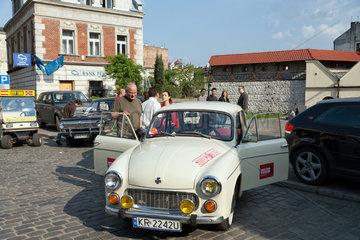 Krakau  Polen  Syrena 105 mit Touristen auf der Ulica Szeroka im Stadtteil Kazimierz