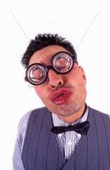 Mann mit dicker Brille macht Kussmund