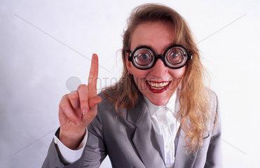 Frau mit dicker Brille  grinst Nr.2