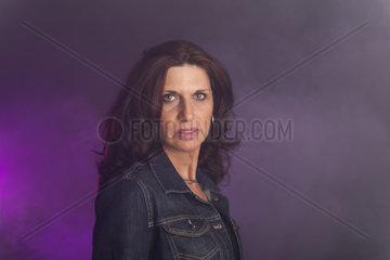 Bruenette Frau auf Schwarz mit Nebel