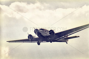 historisches Propellerflugzeug Ju 52 im Ueberflug