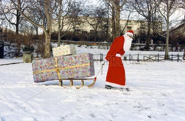 Weihnachtsmann zieht Schlitten mit Geschenken