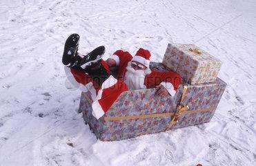 Weihnachtsmann in Geschenkbox gefallen