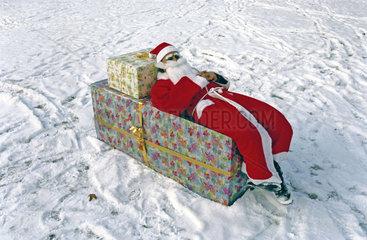 Weihnachtsmann liegt in Geschenkbox
