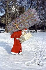 Weihnachtsmann tr__gt zwei Geschenkpakete