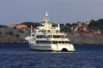 Kroatien  Sued-Dalmatien  Megayacht vor der Altstadt Dubrovnik