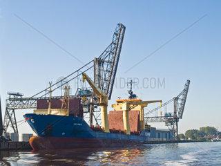 Containerschiff quot CEC FORCE quot im Emder Binnenhafen  Deutschland