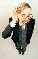 blonde Frau mit Anzug hoert schlecht