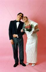 maennliche Braut und Braeutigam Kopf an Kopf