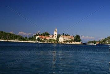 Kroatien  Mittel-Dalmatien  Insel Vis  Halbinsel Prirovo  Hafenbucht Vis  Franziskaner Kloster mit Kirche Sv. Jerolima
