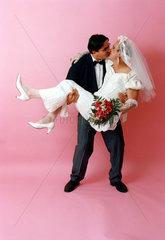 Braeutigam traegt maennliche Braut