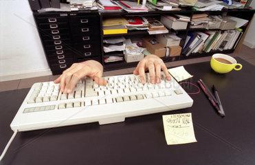 Computerarbeit Mann unterm Tisch