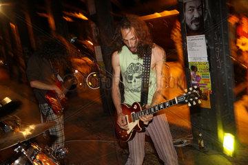 Berlin  Deutschland  eine Band spielt abends auf der Fete de la Musique