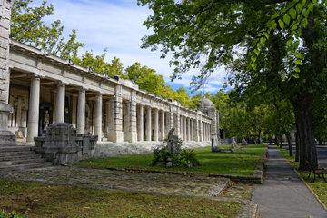 Die Arkaden im Ungarischen National Friedhof Kerepesi mit Grabfiguren