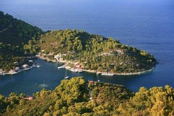 Kroatien  Sued-Dalmatien  Insel Mljet  Bucht Okuklje  Kirche Hl Nikolaus und Hafenpier
