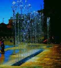Strassen Springbrunnen mit farbigen blauen Fontaenen
