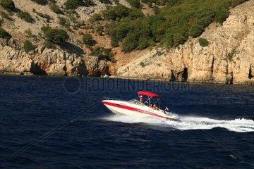 Kroatien  Kvarner  Insel Krk  Motorboot vor der Kueste