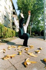 Mann rutscht auf Bananenschalen aus